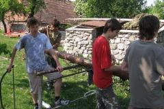 Příprava na stavění máje
